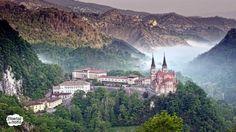 Covadonga situado en Cangas de Onís, el agreste paisaje que lo rodea junto con la sorprendente aparición del río Asueva, debajo de la cueva y después de desaparecer, peñas arriba, en las simas de Orandi, confieren al ...