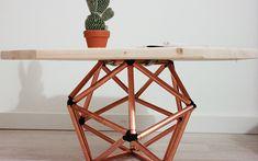 ¡Nos encanta la tendencia minimalista y geométrica! Hoy Aileen nos trae un tutorial para aprender a construir una fantástica mesilla de madera con patas en forma de icosaedro. Está hecha a base de tubos de cobre y ¡no nos puede gustar más!.