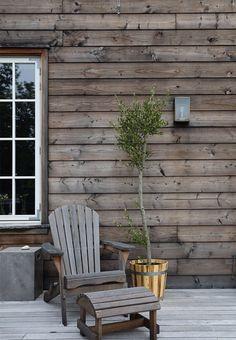 En ny terrasse skulle der til Rustic Exterior, Cottage Exterior, Exterior Design, Outside Living, Outdoor Living, White Exterior Paint, Outdoor Seating, Outdoor Decor, Best Interior Paint