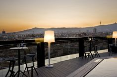 Le très arty quartier du Raval s'est lui aussi doté d'un bar rooftop tendance. C'est au sommet du boutique hotel Barceló Raval qu'on trouvera cette terrasse circulaire qui offre des panoramas à 360° sur la ville. Ambiance cool et décontractée pour cette terrasse très appréciée des hipsters du quartier.
