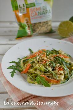 spaghetti di zucchine con salmone affumicato, avocado e semi di canapa