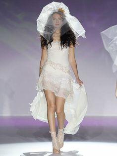Raimon Bundó ofrece a las novias más atrevidas la posibilidad de usar un traje corto y combinarlo con calentadores