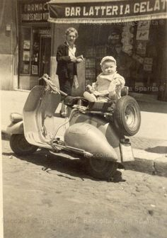 Using Vintage Car Clip Art to Design Almost Anything - Popular Vintage Piaggio Vespa, Vespa Lambretta, Vespa Scooters, Vespa Motorcycle, Vespa 125, Antique Photos, Vintage Photographs, Vintage Images, Old Pictures