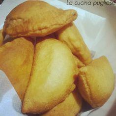 Una delle specialità gastronomiche pugliesi sono i Calzoni fritti!!! I calzoni fritti sono una vera e propria delizia per il palato!