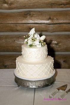 Rustic chic Colorado Mountain wedding cake http://destinationcreate.com #rusticchicwedding#coloradomountainwedding