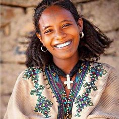 Amhara girl beautifully smiling #Ethiopia Ethiopian Beauty, Ethiopian Dress, African Beauty, African Women, Eritrean, African Hairstyles, Interesting Faces, People Around The World, Beauty Women