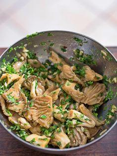 Zastanawiasz się w jaki sposób przygotować boczniaki? Dzisiejszą propozycją są najprostsze boczniaki smażone jakie mogłeś sobie wymarzyć. Koniecznie spróbuj Japchae, Catering, Lunch Box, Food And Drink, Lose Weight, Gluten Free, Cooking, Ethnic Recipes, Kitchen