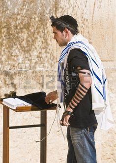 JERUSALEM, ISRAEL - AUG 06 2008: ein Jude Tefillin in der westlichen Mauer lag einen wichtigen jüdischen religiösen Standort befindet sich in der Altstadt von Jerusalem  Stockfoto