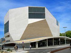 Dit bijzondere gebouw  is een aparte verschijning in Porto (Portugal). De Nederlandse architect Rem Koolhaas heeft het gebouw ontworpen. De vormgeving is futuristisch, modern, strak en over elk detail van zowel het exterieur als het interieur is goed nagedacht. In het gebouw vinden tegenwoordig diverse concerten plaats.