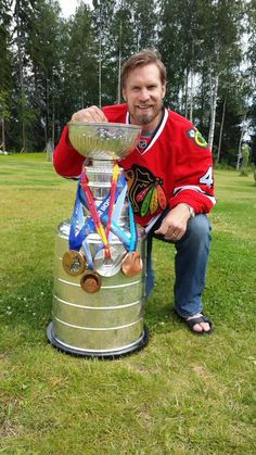 Kimmo Timonen decorates the #StanleyCup with his four olympic medals!
