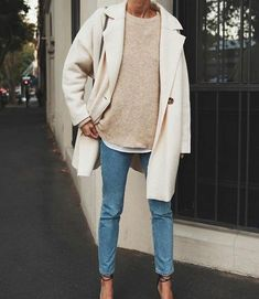 Blue jeans with beige sweater and beige coat - - Simple everyday denim outfit. Blue jeans with beige sweater and beige coat Fashion Outfits-summer clothes-clothes-fashion out. Outfit Jeans, Denim Outfits, Mode Outfits, Fashion Outfits, School Outfits, Sweater Outfits, Casual Outfits, Night Outfits, Fashion Mode