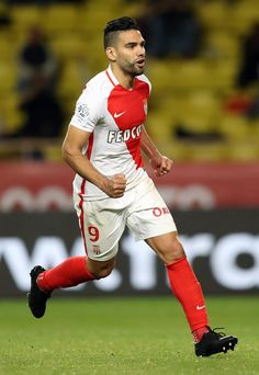 """Monaco's Colombian forward Radamel Falcao celebrates after scoring a penalty during the French L1 football match between Monaco (ASM) and Caen (SMC) on December 21, 2016 at the """"Louis II Stadium"""" in Monaco. / AFP / VALERY HACHE"""