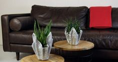 Como fazer vaso de cimento para sala de estar Pots, Deco Originale, Concrete Crafts, Plant Decor, Decoration, Accent Chairs, Ottoman, Diy, Creative