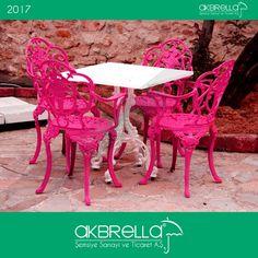 #bahçemobilyası @bahçemobilyaları Kare tek ayaklı metal döküm masa ve pembe dış mekan alüminyum döküm sandalyeler bahçe mobilyaları