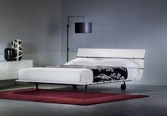 """Il letto più comodo e bello mai inventato """"Una tapparella in legno che si arrotola"""": da questo spunto partì Vico Magistretti nel progettare per Flou un modello che ha segnato una tappa importante nella storia del letto contemporaneo."""