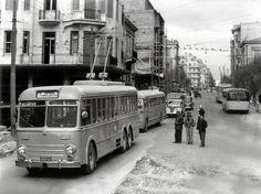 Πατησίων και Αγίου Μελετίου 1953Τα τρόλεϊ μπαίνουν στη ζωή της πόλης, μετά την κατάργηση των πρώτων γραμμών του τραμ. Στις 27 Δεκεμβρίου του 1953, λειτούργησε η πρώτη γραμμή τρόλεϊ της Αθήνας στη διαδρομή Πατήσια - Αμπελόκηποι. Greece Pictures, Old Pictures, Old Photos, Vintage Photos, Thessaloniki, Athens Greece, Old City, Public Transport, Historical Photos