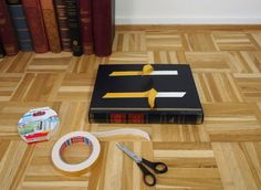 DIY side table made from old books + Tutorial Book Table, What To Use, Book Projects, Old Books, Glass Table, Decoration, Round Glass, Designer, Adhesive