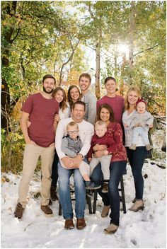 large family photo ideas what to wear Large Family Portraits, Extended Family Photography, Large Family Poses, Family Portrait Poses, Family Picture Poses, Family Picture Outfits, Family Photo Sessions, Family Posing, Beach Portraits