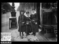Guerre 1914-1918.  Les nouveaux métiers des femmes depuis la guerre  : receveuses des Tramways parisiens. Paris, juin 1917.