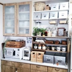 Zoom on kitchen trends 2019 - Home Fashion Trend Kitchen Display Cabinet, Kitchen Storage, Kitchen Cabinets, Old Kitchen, Kitchen Dining, Kitchen Decor, Industrial Style Kitchen, Japanese Kitchen, Dining