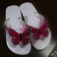 I want a pair of these! Flip Flop Art, Cute Flip Flops, Crochet Sandals, Beaded Sandals, Flip Flop Slippers, Flip Flop Shoes, Decorating Flip Flops, Boot Jewelry, Bling Shoes