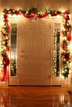 Christmas DIY: Dont forget to deco Dont forget to decorate the inside of your front door! Many people put garland around the outside but why not add a bit of zest to the inside as well? Now you can remind people of the holiday spirit as they come and go! Merry Little Christmas, Noel Christmas, Winter Christmas, Christmas Crafts, Outdoor Christmas, Christmas Hallway, Indoor Christmas Lights, Magical Christmas, Christmas Living Room Decor