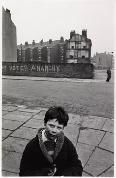 believe how we used to live just 40 years ago? Anarchy: Nick Hedges captures the face of young boy living in poverty, standing in a deser.Anarchy: Nick Hedges captures the face of young boy living in poverty, standing in a deser. Fosse Commune, Karl Marx, Poor Children, We Are The World, Slums, Chor, Documentary Photography, Looks Cool, Glasgow