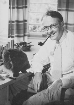 Writer Raymond Chandler and his cat and their people Agatha Christie, Celebrities With Cats, Celebs, Men With Cats, Raymond Chandler, Cat People, Cat Sitting, Vintage Cat, I Love Cats