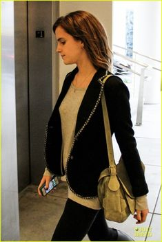 Emma Watson keeps it fashionable while heading out for lunch at a local restaurant on Tuesday (February 12) in Beverly Hills, Calif. The 22-year-old British actress… Crediti : Just Jared Instagram : https://www.instagram.com/we.love.emma.watson.crush/ Passate dal nostro gruppo ; https://www.facebook.com/groups/445446642475974/ Twitter : https://twitter.com/GiacomaGs/status/907646326359445509 ? ~EmWatson