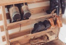 Manufacture a shoe rack in a pallet Diy Pallet Furniture, Furniture Decor, Pallet Projects, Diy Projects, Palette Diy, Audio Room, Home Staging, Sweet Home, House Styles