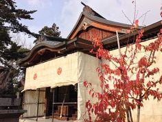 【雪囲い】平成24年12月1日。師走に入り寒さの増す中、神社では年末年始の準備に取りかかっております。本日は風雪をしのいで、ご参拝いただけるように『雪囲い』を設置しました。先ほど設置完了したばかりです。