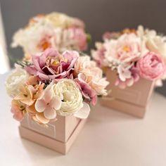 """Egy csodálatos kis tartós selyemvirág doboz ajándékba, és akit meglepsz vele bármikor ránéz, akkor erről is Te fogsz azonnal eszébe jutni, és mindig mosolyt csal majd az arcára. A virágdoboz rózsaszín színvilágban készül. A kis pasztell rózsaszíndoboz mérete 8×8 cm, rajta egy felirattal, """"Flowers, just for you"""". Az ár egy darabra vonatkozik. Megbízható virágküldés Budapesten – csakis a BREE virággal!"""