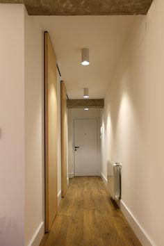 pasillo con puertas de maple de suelo a techo, focos de superficie y suelo de roble envejecido #LampTecho Hallway Lighting, Minimalist Home, Corridor Design, Cove Lighting, Ceiling Light Fittings, Lights, Home Decor, Ceiling Lights, Recessed Lighting