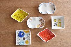 【九谷焼】花文(青) 豆皿です。石川を拠点に活動する女性グラフィックデザイナー集団・金澤女子店舗のメンバーがデザインし、九谷焼の女性作家による絵付けのがかわいらしい豆皿です。|和食器通販|うちる|和食器の皿、鉢、飯碗など