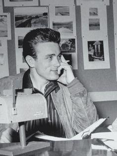 James Dean in the Warner Bros office Hollywood Actor, Classic Hollywood, Old Hollywood, Hollywood Stars, Hollywood Actresses, American Idol, American Actors, Divas, James Dean Photos