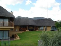 This wonderful thatched property is situated in K'Shane Lake Lodge estate on the northern banks of Hartbeespoort Dam and offers bush styling living at its very best.