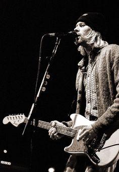 Kurt Cobain, live in Milan (Italy), 1994 nirvana Musical Hair, Nirvana Kurt Cobain, Dave Grohl, Fender Guitars, Foo Fighters, Popular Music, Cool Guitar, My Favorite Music, Rock Music