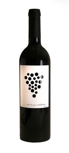 """Seamos claros: lo que realmente nos importa de un vino sucede en el interior de la botella y no en la etiqueta. De la misma manera que nos interesa infinitamente más el viñedo que la bodega, el viticultor al enólogo y el """"camata"""" al director de marketing. Pero una cosa es una cosa y otra cosa es otra cosa: nos encanta una etiqueta bien diseñada alegrando nuestras baldas y nuestra vida, porque una etiqueta (también) es un oportunidad para contar una historia. Y éstas veinticinco nos…"""