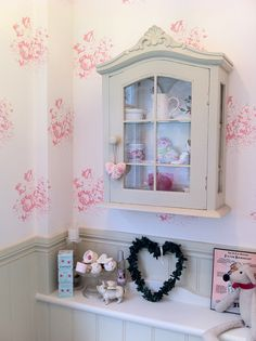 I originally posted this with my last post, Cabbages and Roses Hatley: Modern Country Loves...but I decided it deserved a li'l highlight all of its own to show off this gorgeous SMALL powder rooom!  T