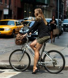 old bike but beautiful legs Cycle Chic, Bicycle Women, Bicycle Girl, Velo Design, The Sartorialist, Cycling Girls, Sexy Legs And Heels, Old Bikes, Bike Style