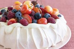 How to make perfect pavlova. A pavlova topped with whipped cream and fresh berries is an all-time Aussie favourite. Here are a few top tips and expert tricks to get your pavlova just right. Anna Pavlova, Bolo Pavlova, Summer Desserts, Just Desserts, Dessert Recipes, Cake Recipes, Pie Dessert, Dacquoise, Pavlova Toppings