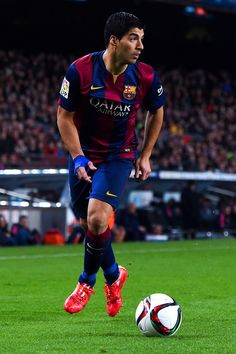 Luis Suarez of FC Barcelona runs with the ball during the Copa del Rey Semi-Final first leg match between FC Barcelona and Villarreal CF at Camp Nou on February 11, 2015 in Barcelona, Catalonia.