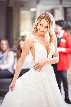 Bei deinem Brautkleid zählt jeder Millimeter. Dank unserem Änderungsservice kannst du dich darauf verlassen, dass DEIN Kleid zu 100% sitzt! DU sollst dich wohlfühlen, an deinem Tag der Tage! 👰🏼 Lace Wedding, Wedding Dresses, Tricks, Fashion, Abandoned, Wedding Dress Lace, Dress Wedding, Gowns, Women's