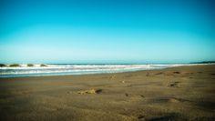 Zimna i nudna irlandzka plaża.