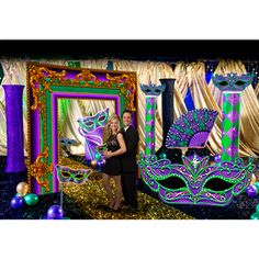 Save time and money when you use our Masquerade Memories Kit. This kit provides you with seven different props to great a magical scene for your event.