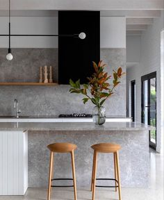 In love with the simplicity and elegance of this kitchen. 😊 Matching backsplash and countertop look amazing here. 😊 Stay up to date with kitchen trends by subscribing to our newsletter: 😊 📷 rosstangarchitects . Kitchen Showroom, Kitchen Interior, Kitchen Decor, Luxury Kitchens, Home Kitchens, Modern Kitchen Design, Country Kitchen, Interior Architecture, Showroom Interior Design