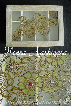 Doos beschildert met henna. In deze door passen ongeveer 4 setjes churiya's (indiase armbanden). Je kan deze natuurlijk ook voor andere dingen gebruiken, zoals theezakjes, pennen en alles wat je maar kan bedenken. Een doos bestellen? Ga naar www.hennaashiqana.nl.