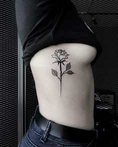 Rose Rib Tattoos, Single Rose Tattoos, Rose Tattoo Forearm, Flower Tattoos, Dream Tattoos, Mini Tattoos, Body Art Tattoos, Tatouage Sublime, Tattoo Costillas