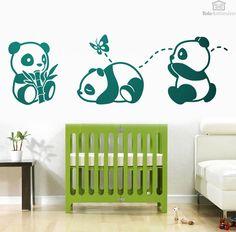 El oso panda es uno de los animales favoritos de cualquier niño. En este vinilo infantil tenemos a 3 pequeños pandas. Uno de ellos, el más glotón, se está comiendo una rama de bambú. Un diseño amable y simpático, de líneas redondeadas que hará las delicias de los más pequeños de la casa y daré un divertido toque decorativo a su pared. #decoracion #teleadhesivo