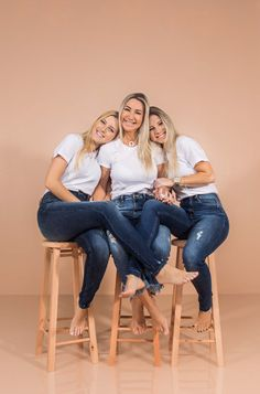 My Family Photo, Family Picture Poses, Family Picture Outfits, Girl Photo Poses, Studio Family Portraits, Family Portrait Poses, Friend Poses Photography, Family Photography, Mother Daughter Photography